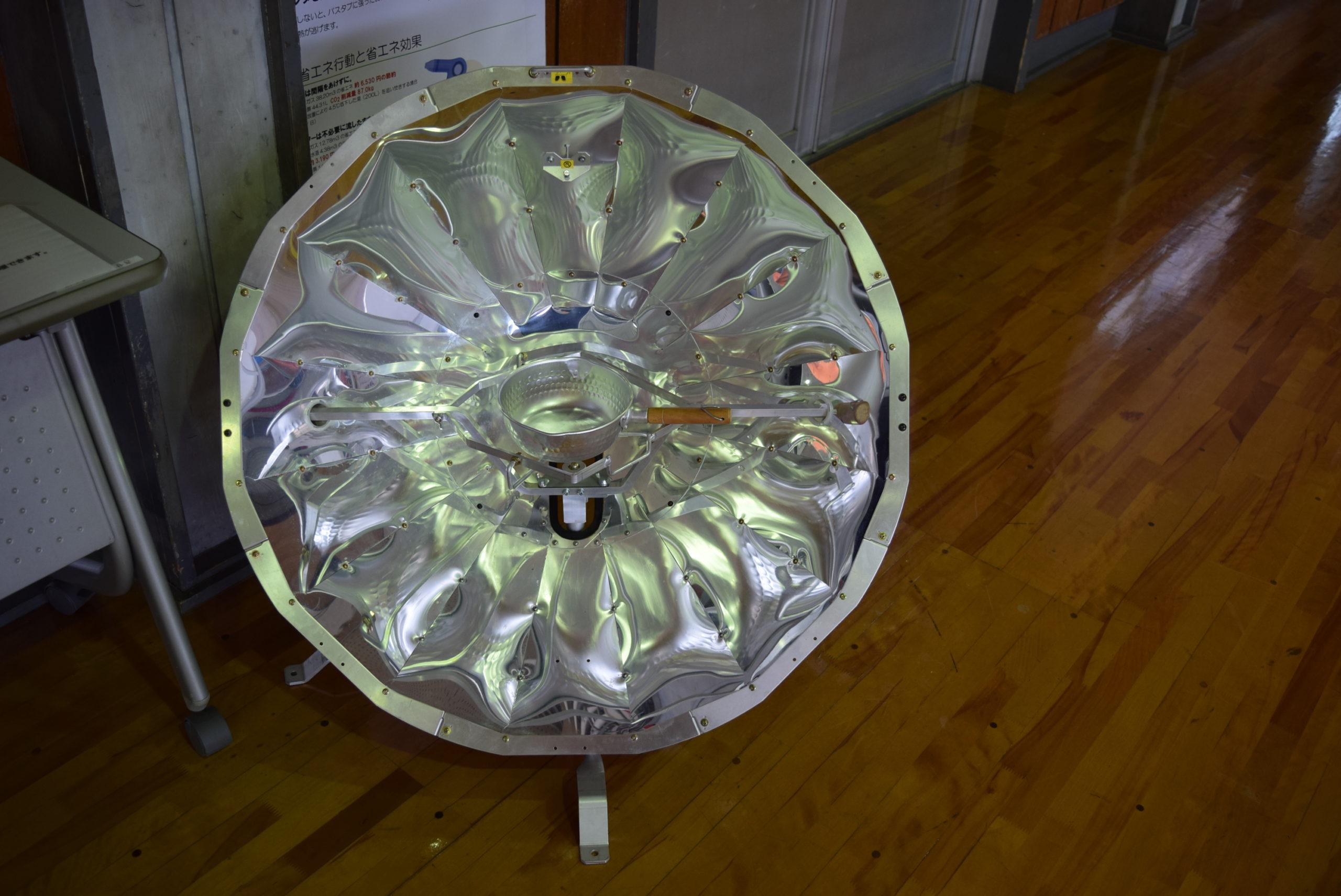 ソーラークッカー:太陽熱だけでお湯を沸かしたり簡単な調理を行うことができる装置です。